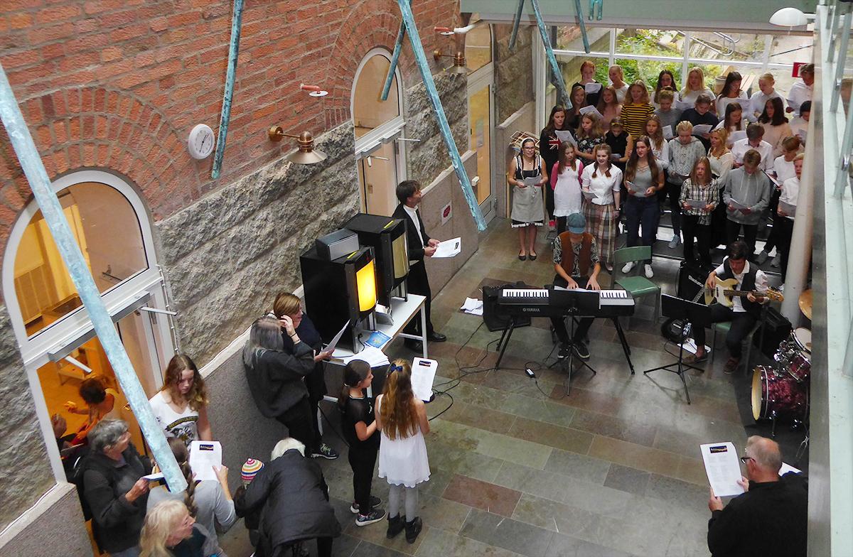 Uppskattad kör och orkesterunderhållning  i skolan.