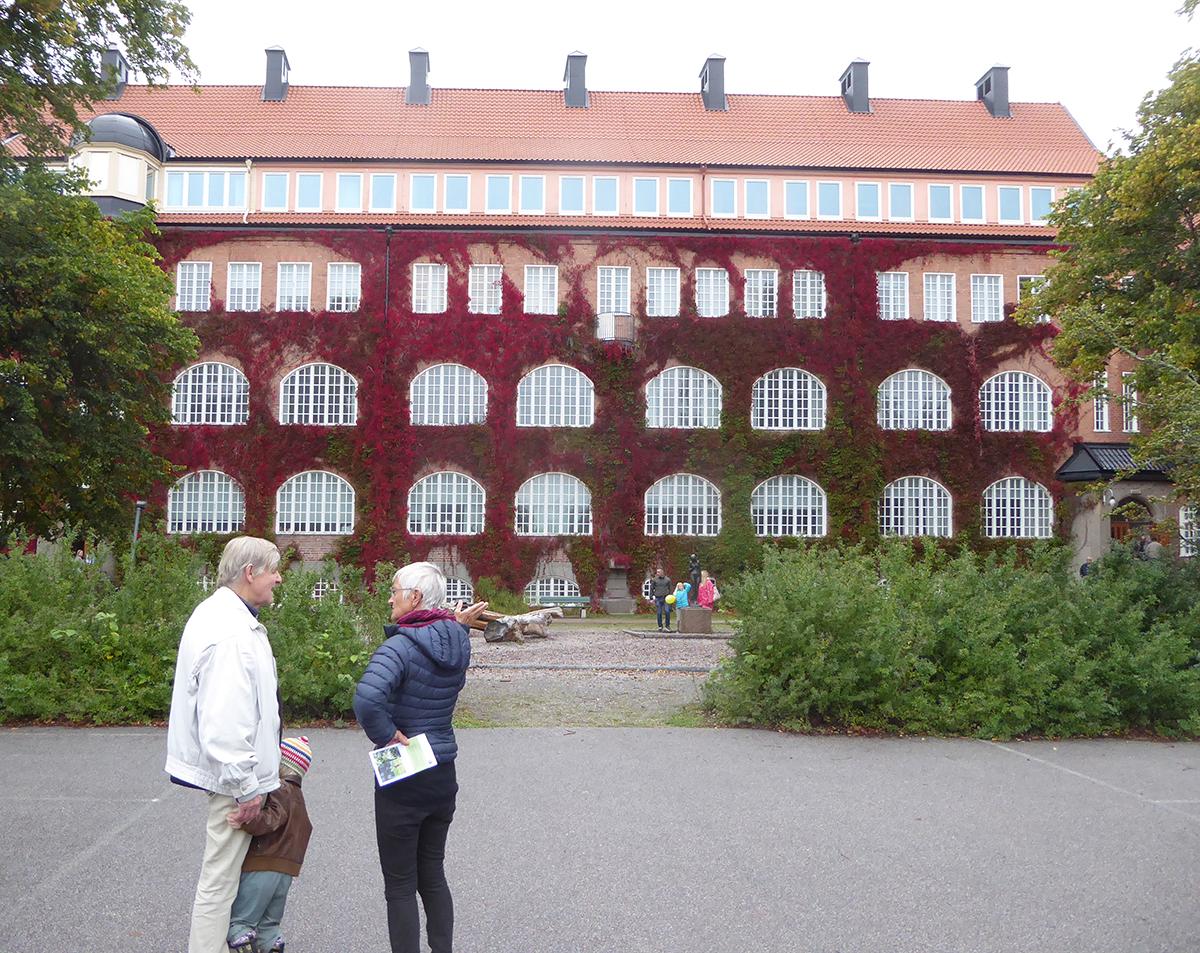 Seminariets tegelfasad i nationalromantik.