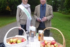 Seminarieparkens vänner bjöd på äpplen i parken.