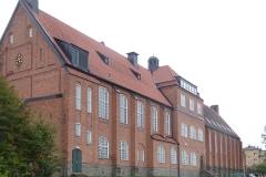 Seminariets fasad mot fotbollsplanen.
